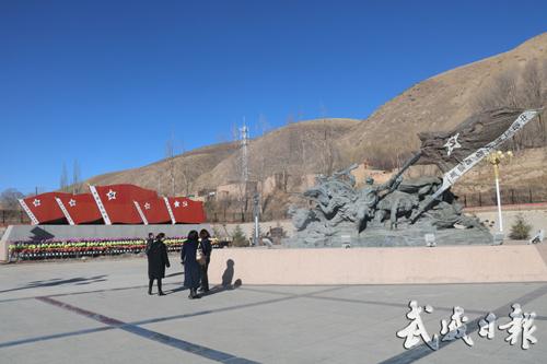 游客在古浪县红军西路军古浪战役纪念馆广场参观